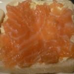 cubrir el pan con el salmón