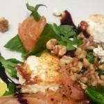 ensalada de espinacas con salmón y queso de cabra