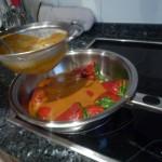 tamizar la salsa sobre los pimientos